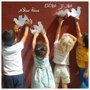 """Jüdische, arabische Studenten Post 'Ein Jahr in Frieden"""" Tauben HAND IN HAND"""