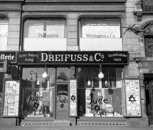 En bild av en judisk-run butik i Tyskland, efter att ha vandaliserat av nazister och täckt med antisemitiska graffiti, den 10 november 1938.