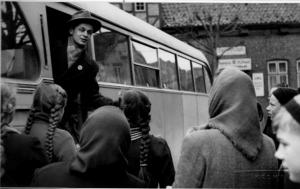 Mit Kleidern gefüllte Schweden-Busse.